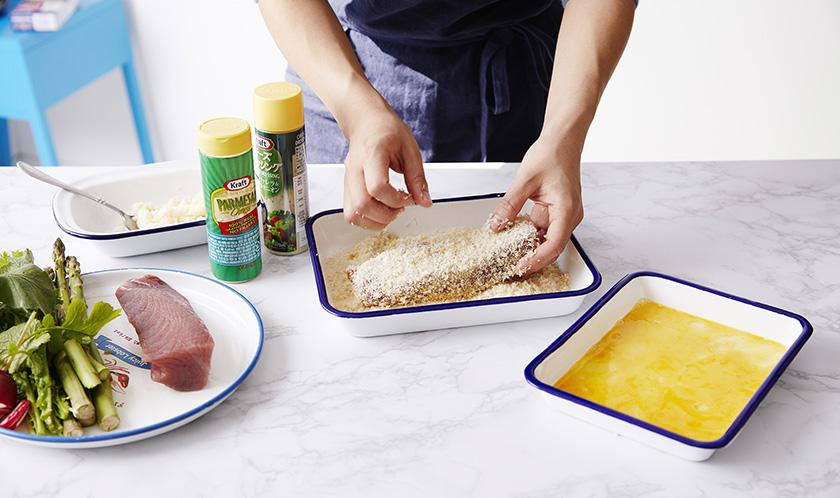 냉동참치는 10분 정도 실온에 두어 해동하고 소금, 후추를 뿌려 밑간한 후, 달걀물, 빵가루 순으로 옷을 얇게 입힌다.
