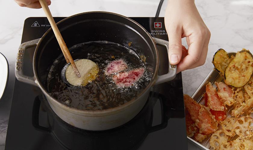 200℃로 달군 식용유에 바삭하게 튀긴다.