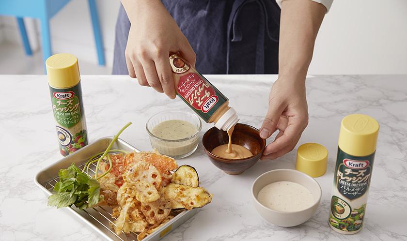 튀긴 채소는 기름기를 제거한 후 [크래프트 치즈 드레싱 베이컨 & 체다치즈(크래프트 치즈 드레싱 모짜렐라 & 바질 어니언, 크래프트 치즈 드레싱 파마산 시저)]를 곁들인다.