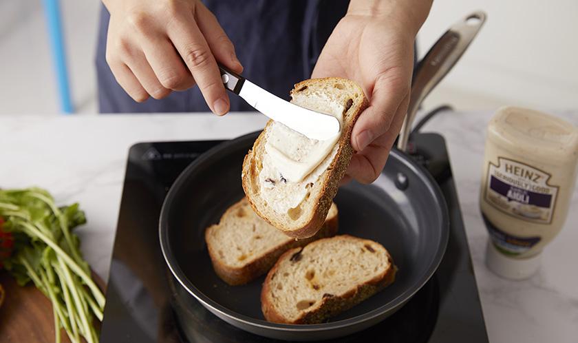 잡곡빵은 마른 팬에 구운 후 [하인즈 시리어스리 굿 아이올리]를 바른다.