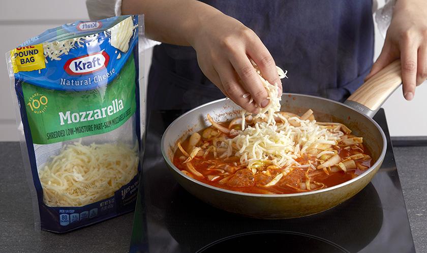 크래프트 슈레드 모짜렐라치즈를 듬뿍 올려 살짝 녹여낸다.