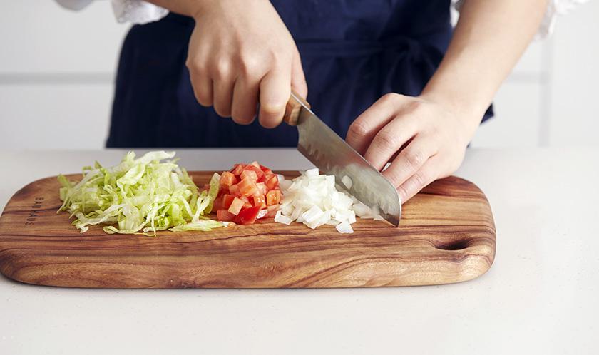 씨를 제거한 토마토와 양파는 굵게 다지고 양상추는 곱게 채 썬다.