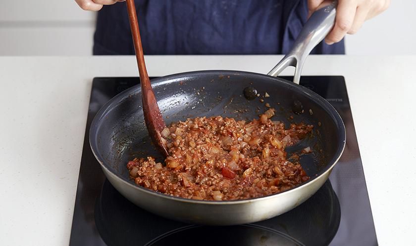 소고기가 익으면 클래시코 구운토마토&마늘소스와 칠리파우더를 넣고 조린다.