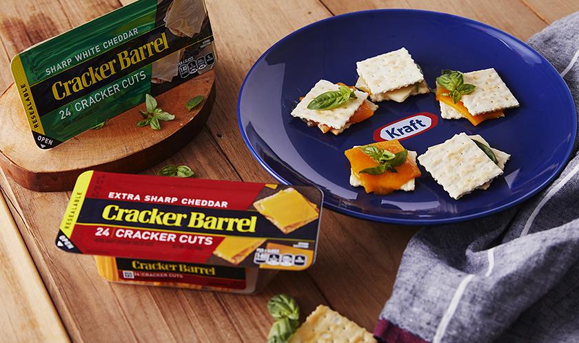 비스킷에 크래커배러와 바질을 올려 드셔보세요. 신선한 치즈의 맛과 바질이 입맛을 풍부하게 해줍니다.