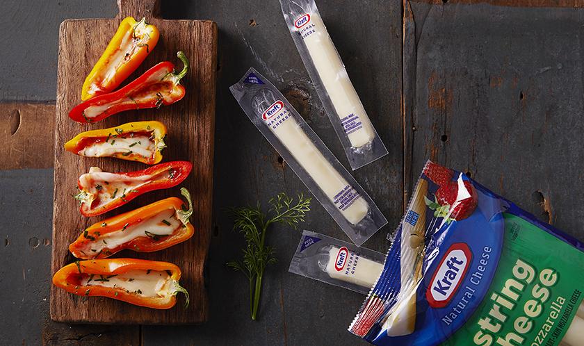 파프리카를 자르고 안에 토마토소스와 스트링치즈를 사용해 오븐에 구워보세요. 감칠맛과 고소함이 느껴집니다.