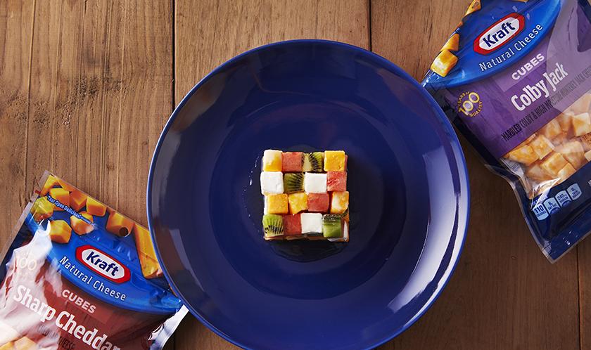 육면체의 큐브처럼 키위, 수박을 잘라 루믹스큐브처럼 만들어보세요. 아이들에게 보는 즐거움과 먹는 즐거움을 동시에 전달할 수 있습니다.