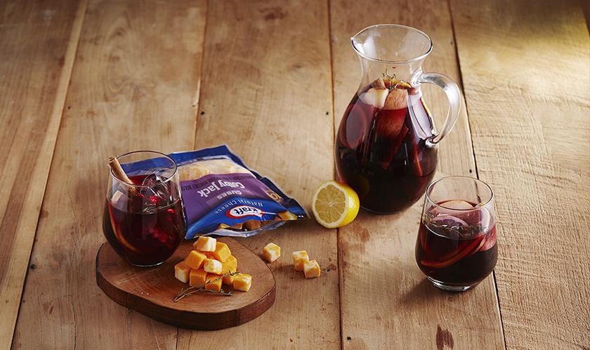 과일의 맛과 향을 담은 샹그리아의 페어링으로 콜비잭 큐브와 체다 큐브만한 것이 없습니다. 원래 와인과 치즈의 조합은 마리아주죠