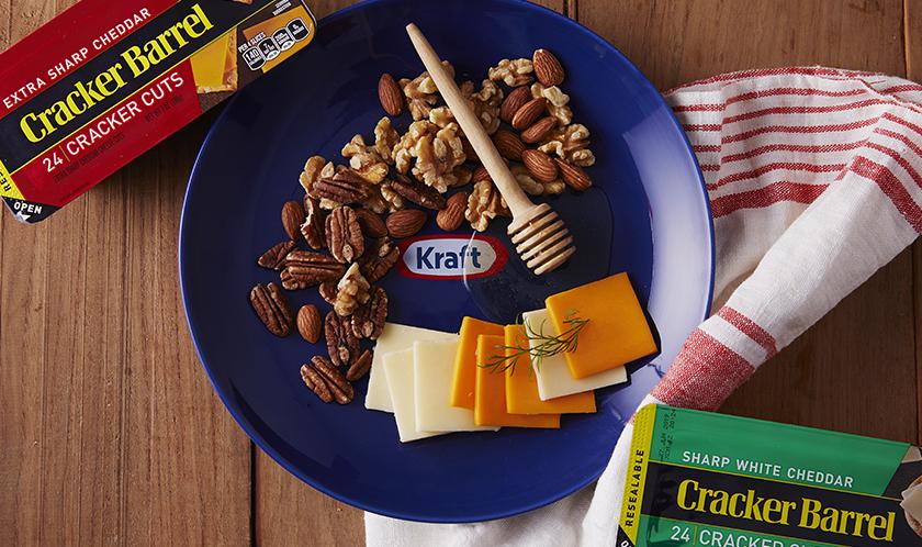 견과류와 크래커배러는 가장 친한 친구였지만, 꿀과 함께 먹으면 사랑하는 연인이 됩니다. 달콤함의 상징인 꿀은 크래커와 견과류를 더욱 끌어당깁니다.