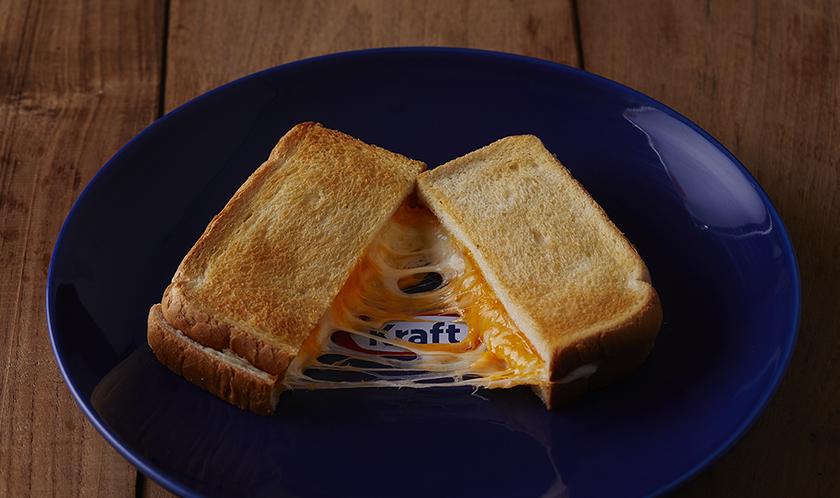 이렇게 쫘~악 늘어나는 토스트 어렵지 않습니다. 빵 사이에 슈레드치즈를 넣고 그릴에 구워보세요. 눈이 즐거우면 입도 즐겁습니다. 그리고 슈레드 모짜렐라와 슈레드 체다치즈를 섞어서 넣어도 일품인 것은 비밀. 함께 넣으면 더욱 맛있다는 것은 안비밀