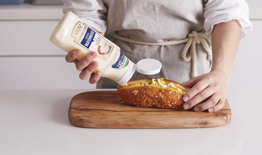 튀김빵은 반 가르고, 사이에 샐러드를 듬뿍 넣은 후 하인즈 시리어스리 굿 마요네즈를 뿌린다.