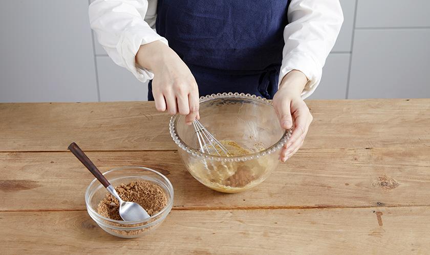무염버터를 거품기로 섞다, 부드러워지면 흑설탕을 2~3회에 나눠 넣는다.