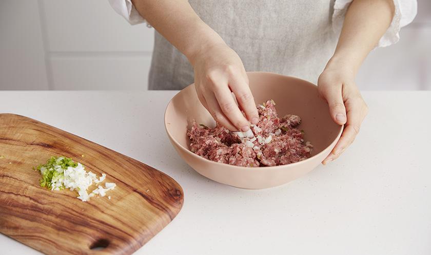 볼에 소고기, 돼지고기, 샐러리, 양파, 파슬리가루, 소금, 후춧가루를 넣고 치댄다.