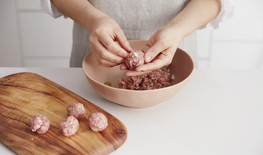 빵가루를 넣고 농도를 맞춘 후, 직경 3cm로 동그랗게 빚는다.