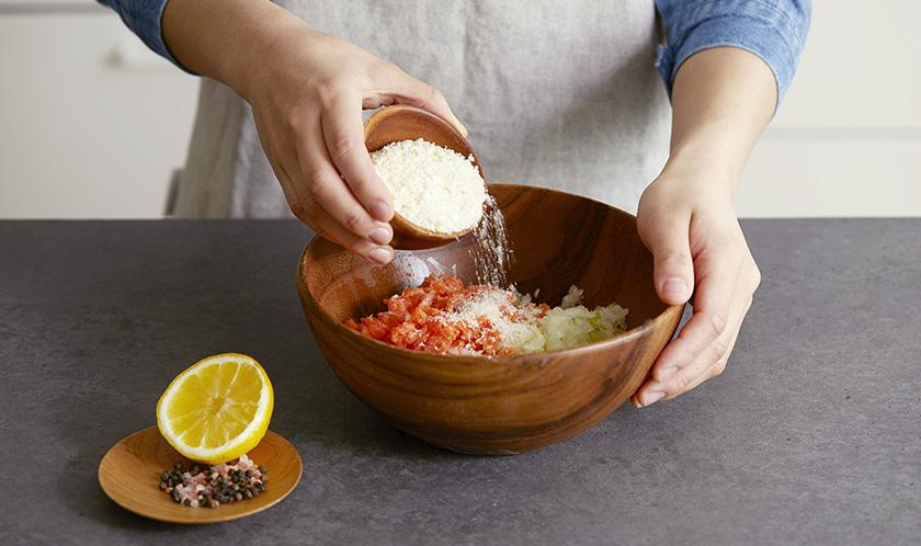 볼에 연어, 양파, 샐러리, 소금, 후춧가루를 넣고 반죽하다, 빵가루를 넣어 농도를 맞춘다.