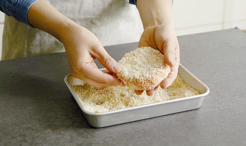 직경 6cm로 동글 납작하게 만들어 겉에 빵가루를 묻힌다.