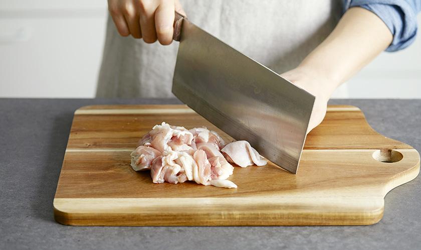 닭다리살은 한입크기로 자른 후 소금, 후춧가루를 뿌려 밑간한다.