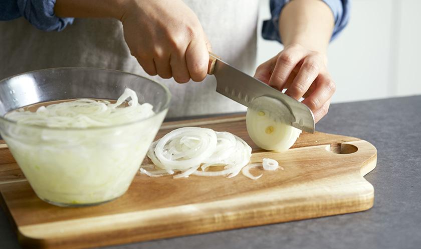 양파는 곱게 채 썰어 찬물에 담가 매운맛을 제거한다.