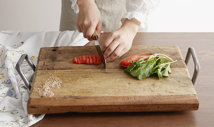 명란젓의 1/2양은 1cm 폭으로 동그랗게 썰고, 루꼴라는 이등분한다.