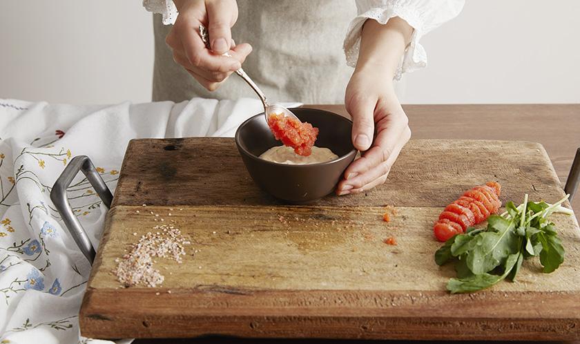 나머지 명란젓은 껍질을 벗겨 하인즈 시리어스리 굿 아이올리 마요네즈와 같이 골고루 섞는다.