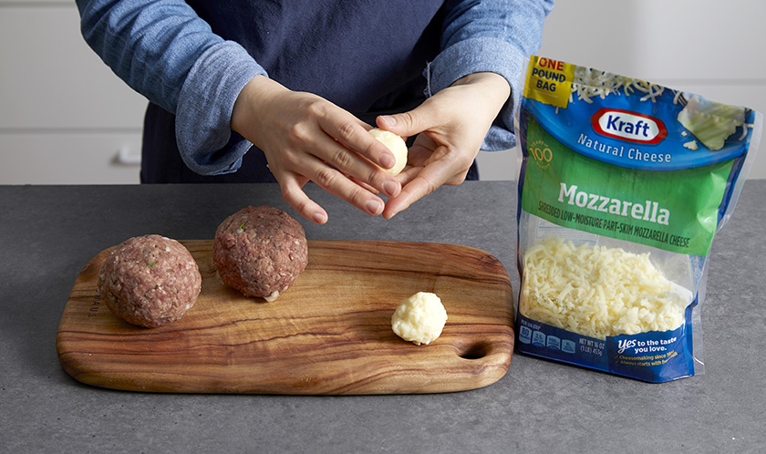 소고기, 돼지고기, 다진 양파, 다진 마늘, 빵가루, 소금, 후춧가루를 한 덩어리로 뭉친 후 가운데 크래프트 슈레드 모짜렐라를 넣고 동그랗게 감싼다.