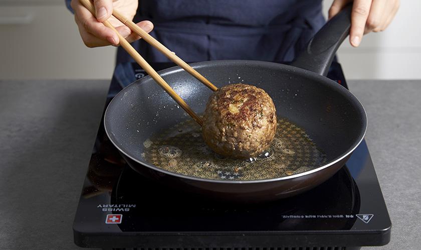 달군 팬에 2를 굴려가며 구운 후, 180℃로 예열한 오븐에서 15분간 굽는다.