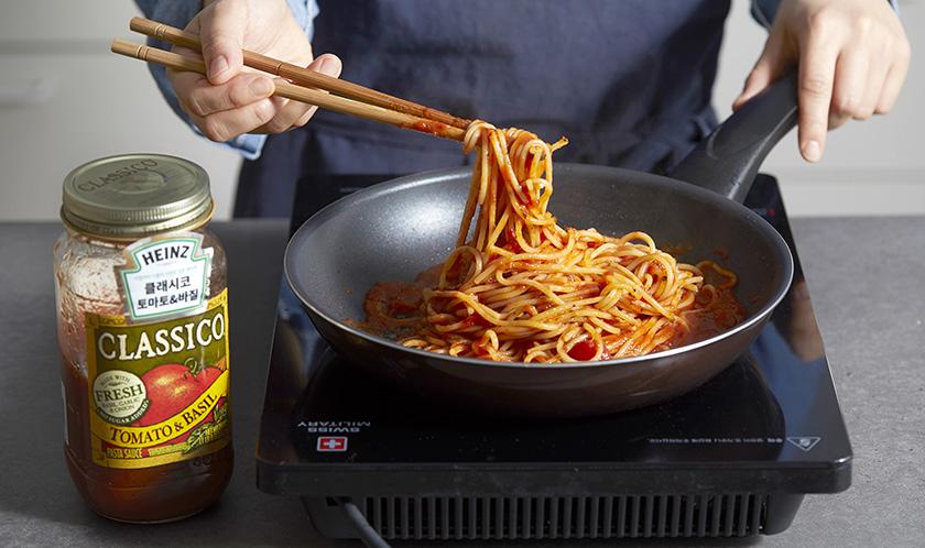 스파게티를 끓는 물에 8분간 삶는 후 클래시코 토마토&바질을 넣고 볶는다.