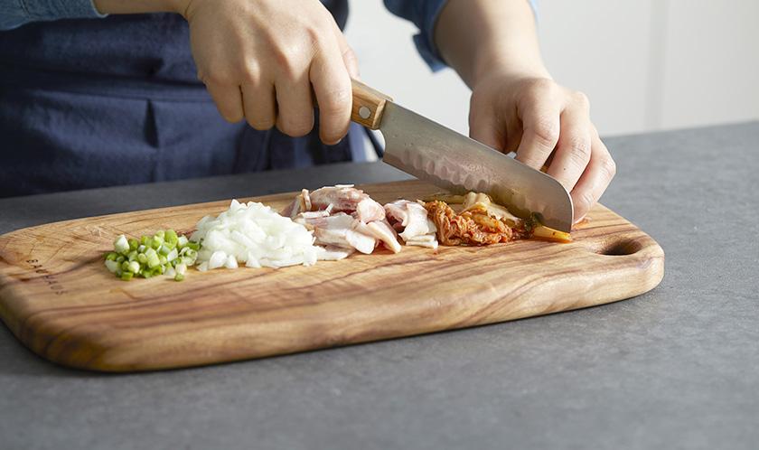 김치, 베이컨, 양파는 굵게 다지고, 쪽파는 송송 썬다.