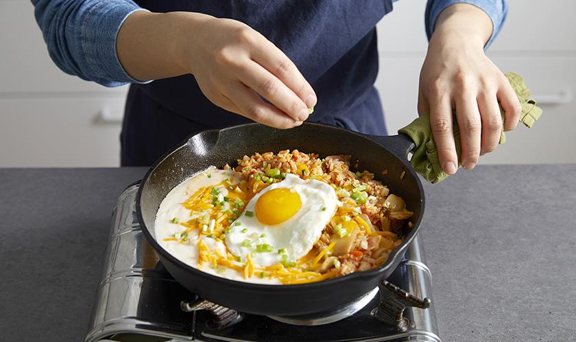 크래프트 슈레드 마일드와 쪽파를 뿌린 후, 달걀후라이를 올린다.